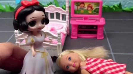 白雪公主按响芭比家的门铃,帮助了小芭比,小芭比妈妈感谢白雪公主