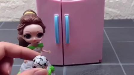 贝尔公主把糖果放冰箱里,小萌鸡麦琪看见了,贝尔把糖果拿回家吃