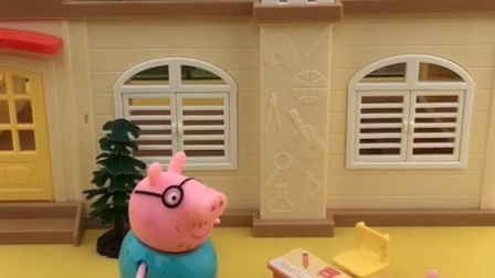 乔治不吃零食呢,还想拉着猪爸爸一起唱歌呢,乔治喜欢唱小星星?