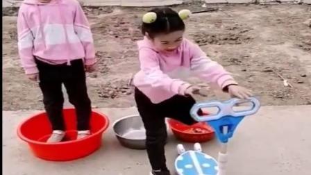 儿童小零食:魔术太神奇了吧,把弟弟都变成滑板车