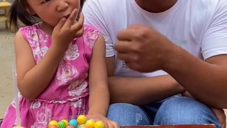 少儿益智:依依你为什么不给爸爸西瓜糖吃