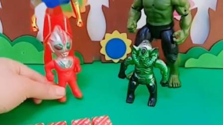 奥特曼买了糖果,奥特曼不给小绿巨人吃,小奥特曼和小巨一起分享