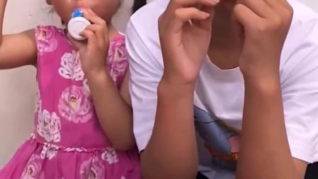 亲子游戏:姐妹俩还用奶瓶喝奶吗?