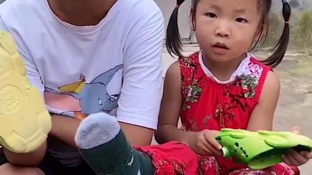 趣味童年:这脚丫子怎么比爸爸的还臭