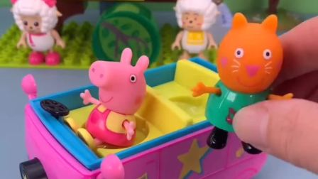 小猪佩奇坐上了车,小猫凯蒂坐佩奇后面,小朋友们出发去游乐园