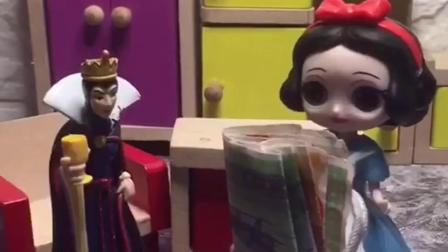 王后让白雪公主去买化妆品,贝尔偷偷把钱拿走,白雪都没发现