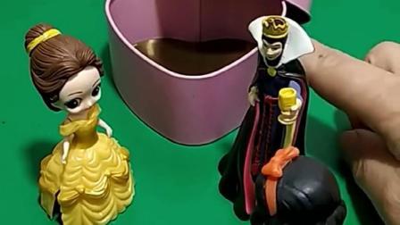 贝尔公主打开了箱子,里面空空如也,原来是王后和白雪试探贝尔