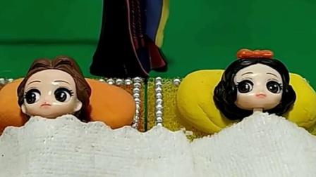 王后照顾小雪和小贝,王后准备了戒指糖,小雪小贝不要吃糖