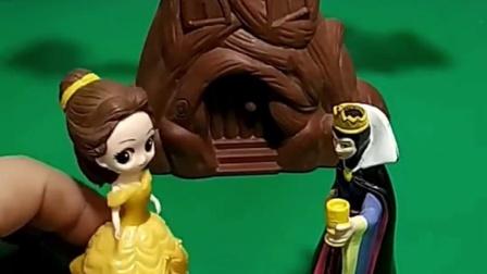 巫婆要把白雪嫁给僵尸,贝尔公主不同意,贝尔要把巫婆嫁出去