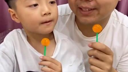 亲子游戏:哥哥一口把糖吃掉了