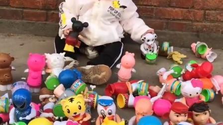 小宝贝你是在摆摊卖玩具吗?
