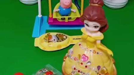 乔治正在玩秋千,贝尔公主拿着零食路过乔治,乔治捡到贝尔的奶酪棒
