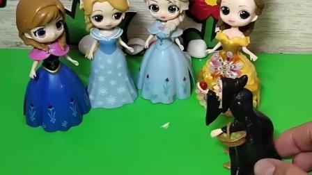 巫婆说今天晚上有活动,王子还会去呢,还专门交代说不能让白雪公主去