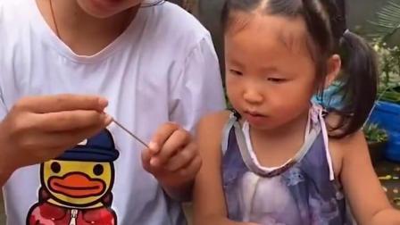 趣味童年:萌娃和姐姐一起西瓜泡泡糖