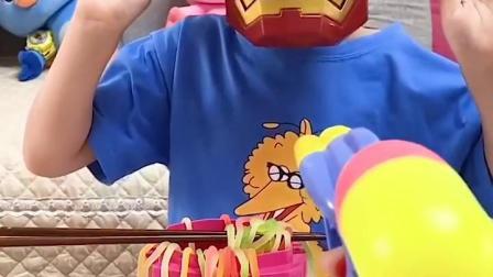 童年趣事:怪兽来吃面条了,快跑啊
