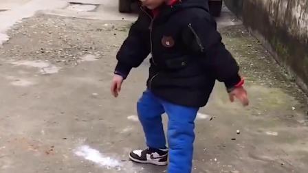 金色的童年:宝宝你看这是什么东西 也不知道谁掉的
