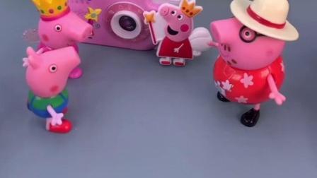 佩奇姐姐出去拍照,猪妈妈刚买的相机,乔治看到会喜欢吗?