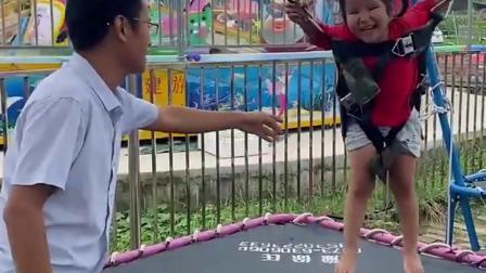久远的回忆:小朋友们喜欢玩这个秋千吗?