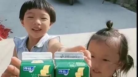美好的童年:宝贝,来喝牛奶,好喝吗