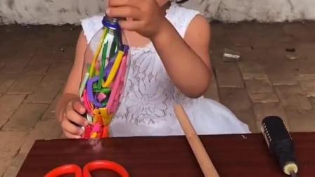 美好的童年:宝贝,哭什么呢,气球在瓶子里弄不出来