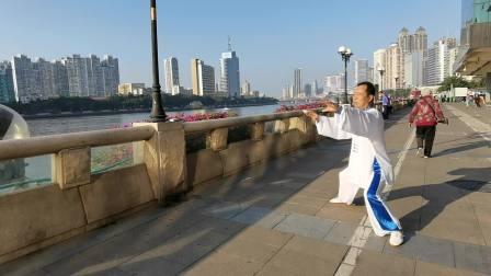 42式太极拳于2020年12月在珠江岸边晨练,太极伴侣拍摄。