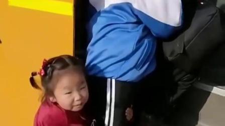 梦回童年:姐姐要去上学,妹妹舍不得呀