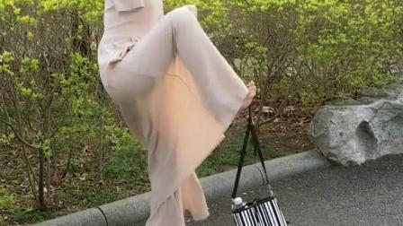 没有手看是如何捡起包包的,为这个开朗的女孩点赞