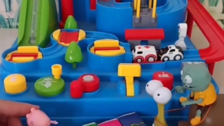 小猪佩奇乔治买了玩具,不给小僵僵玩,小僵僵拿来吃的