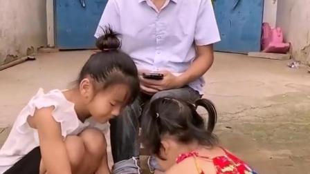 亲子趣玩:宝宝给爸爸端洗脚水