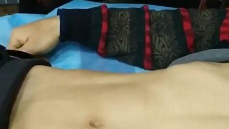 夏老师在用脐诊判断肾囊肿,肾管狭窄