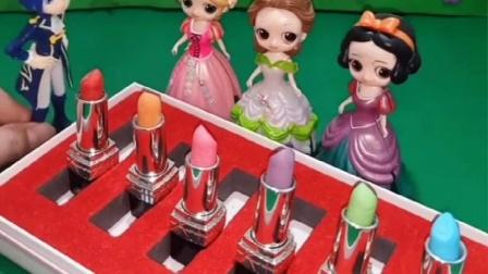 王子给白雪带限量版口红,邀请白雪参加舞会,长发公主很羡慕