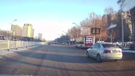 雪后路面结冰,淄博一公交加速超车180度调转