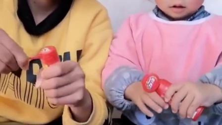 我的童年:一人一个彩虹糖哦