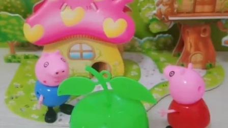 佩奇给乔治买了好吃的,还是用苹果盒子装的,乔治很好奇是什么好东西