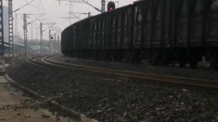 沪昆线:成局贵段HXD16159牵引货列使出新八里庄隧道
