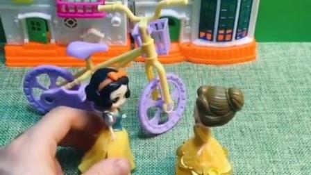 白雪骑自行车出去,贝尔拦住了白雪,王后知道了来教育贝尔