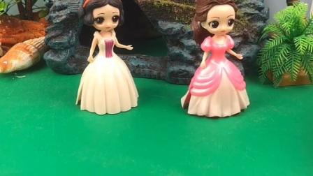 贝尔不让白雪回王国,白雪公主很喜欢新家,贝尔公主气急败坏