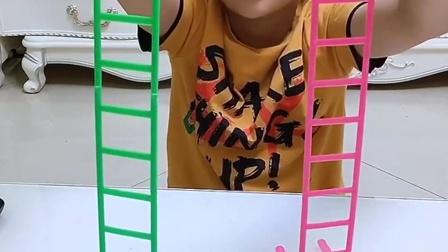 童年趣事:来玩小人爬楼梯了