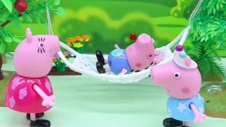 猪妈妈把秋千让给孩子们玩儿,佩奇霸占着秋千不肯下来,乔治很生气