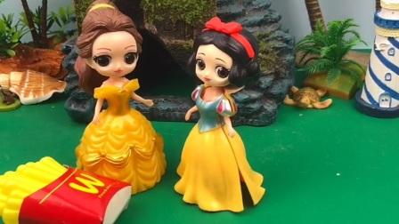 王后给白雪贝尔买薯条,贝尔公主把薯条吃光光,白雪公主一口没吃