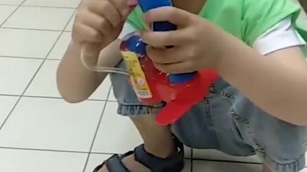 调皮的童年:小萌娃拿的打气筒好漂亮