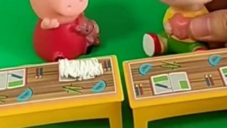 佩奇在课桌干啥,还说不和大头玩,他们两砸了呀!