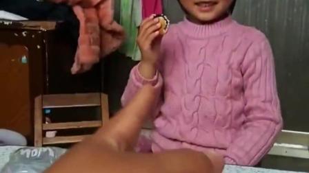 亲子童年:宝宝把好吃的交出来