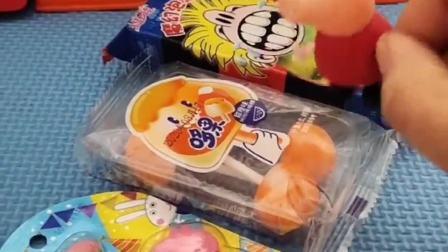 小猪佩奇的吃的不见了,乔治让佩奇吃自己的,小猪佩奇不要