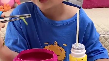 童年趣事:小萌娃吃饭咯