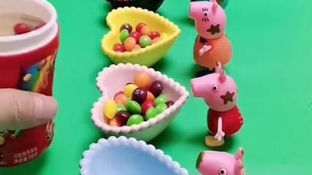 给猪爸爸把糖倒满,猪妈妈和佩琪也倒满了,乔治换了个碗也倒满了