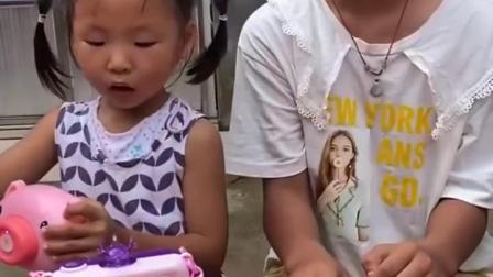 童年趣事:妹妹想玩姐姐的泡泡机