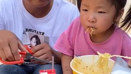 童年趣事:萌娃吃泡面,真香啊