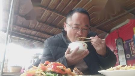 路边摊 小炒铺 品尝 炖排骨 韭黄炒蛋 大蒜炒土豆番茄 风情餐食 独具特色 美味啊!