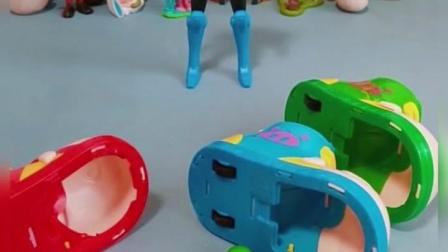两个小车把自己身体里的糖果吃光了,还想让另一个分点糖果